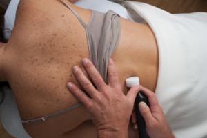 Foto einer Rückenbehandlung mit dem Matrix-Rhythmus-Therapiegerät