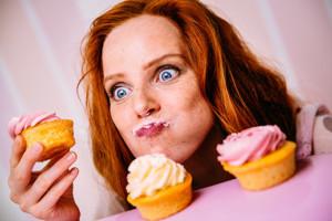 Foto einer Cupcakes genießenden Frau
