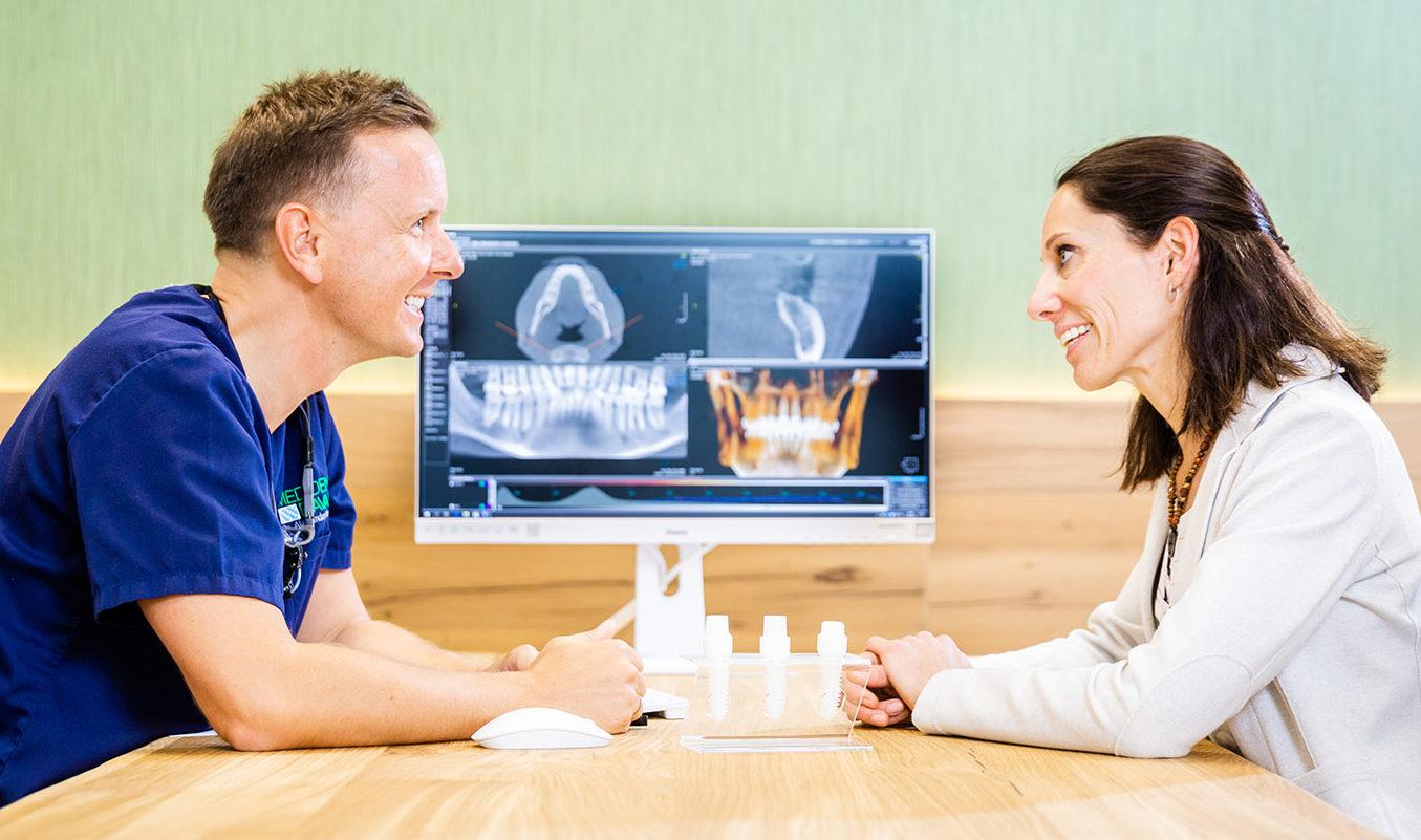Foto: Gesprächssituation mit Dr. Alexander Neubauer der Medident Bavaria