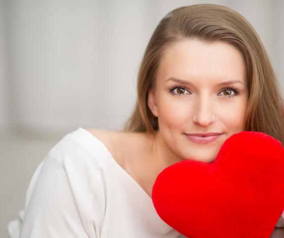 Foto: Frau mit rotem Plüschherzerz für Heart Therapie Verena Böer