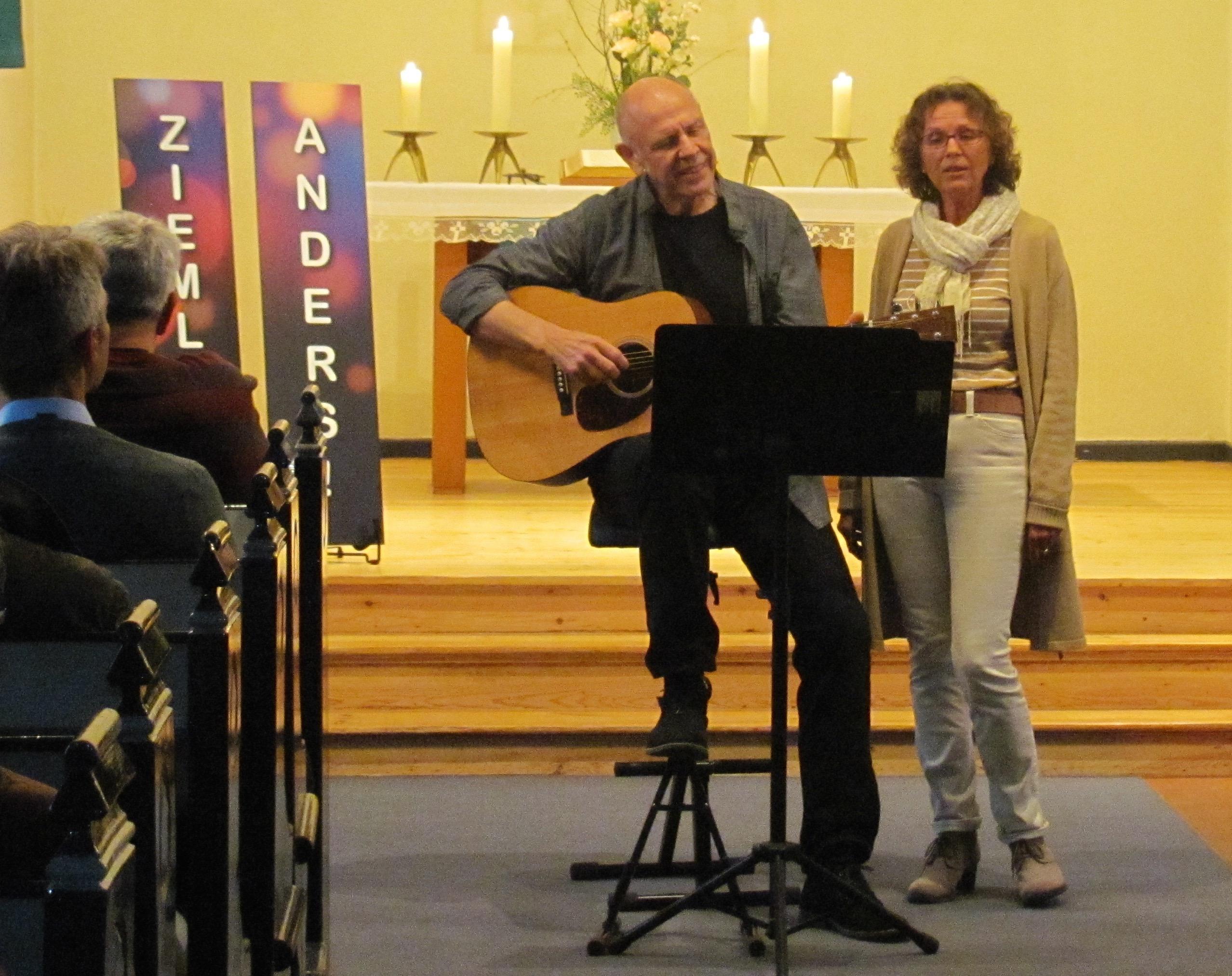 Foto vom Duo ziemlich anders bei Auftritt in Kirche