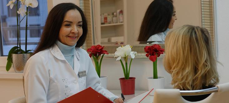 Foto: Dermatologin Glaucia Bastos-Dathe mit Kundin
