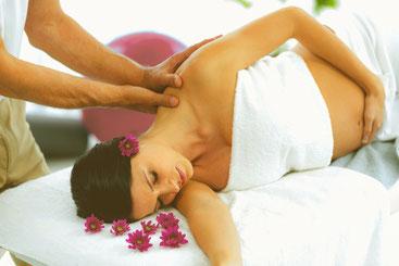 Foto einer Massage bei einer schwangeren Frau