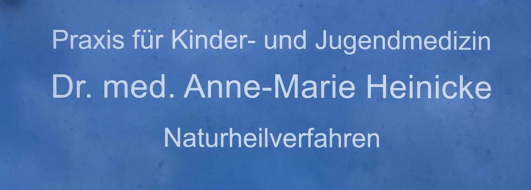 Praxisschild von AMM-Netzwerkpartnerin Dr. med. Anne-Marie Heinicke