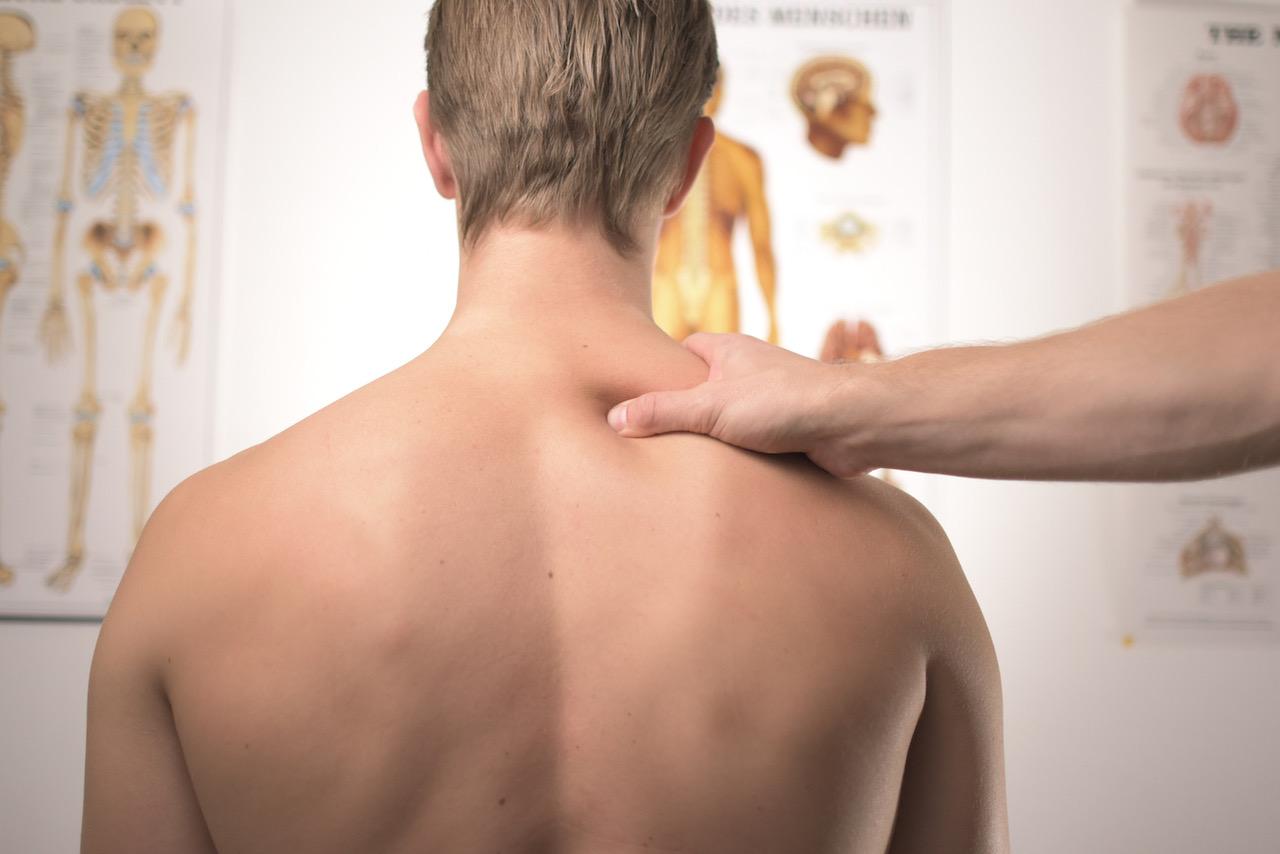 Foto: Chiropraktiker untersucht Rücken