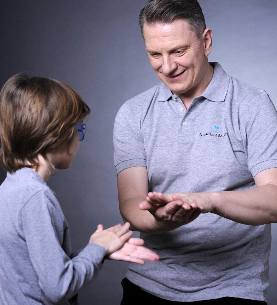 Thomas Weidauer, Gründer von NeuroLifeBalance, beim Training mit einem jungen Klienten