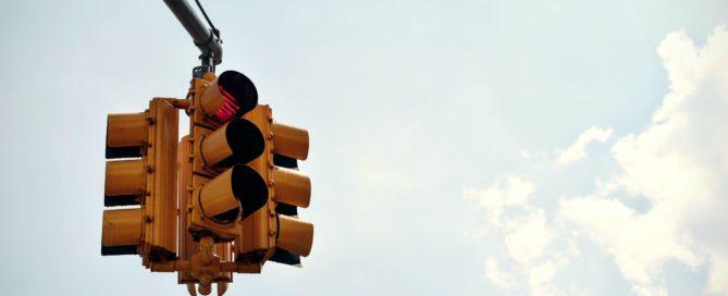 Symbolbild Nutri-Score: Die Ampel an einer Kreuzung steht auf rot.