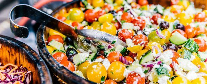 Viele Nährstoffe sind hier ganrantiert: Eine vollgefüllte Salatschale lädt zum Schlemmen ein.
