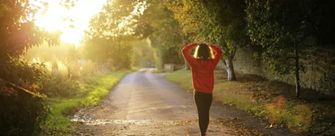 Multiple Sklerose-Betroffene sollten auf Bewegung setzen: Eine Frau auf einem Waldspaziergang